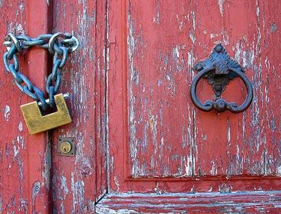 Resultado de imagem para igrejas de portas fechadas